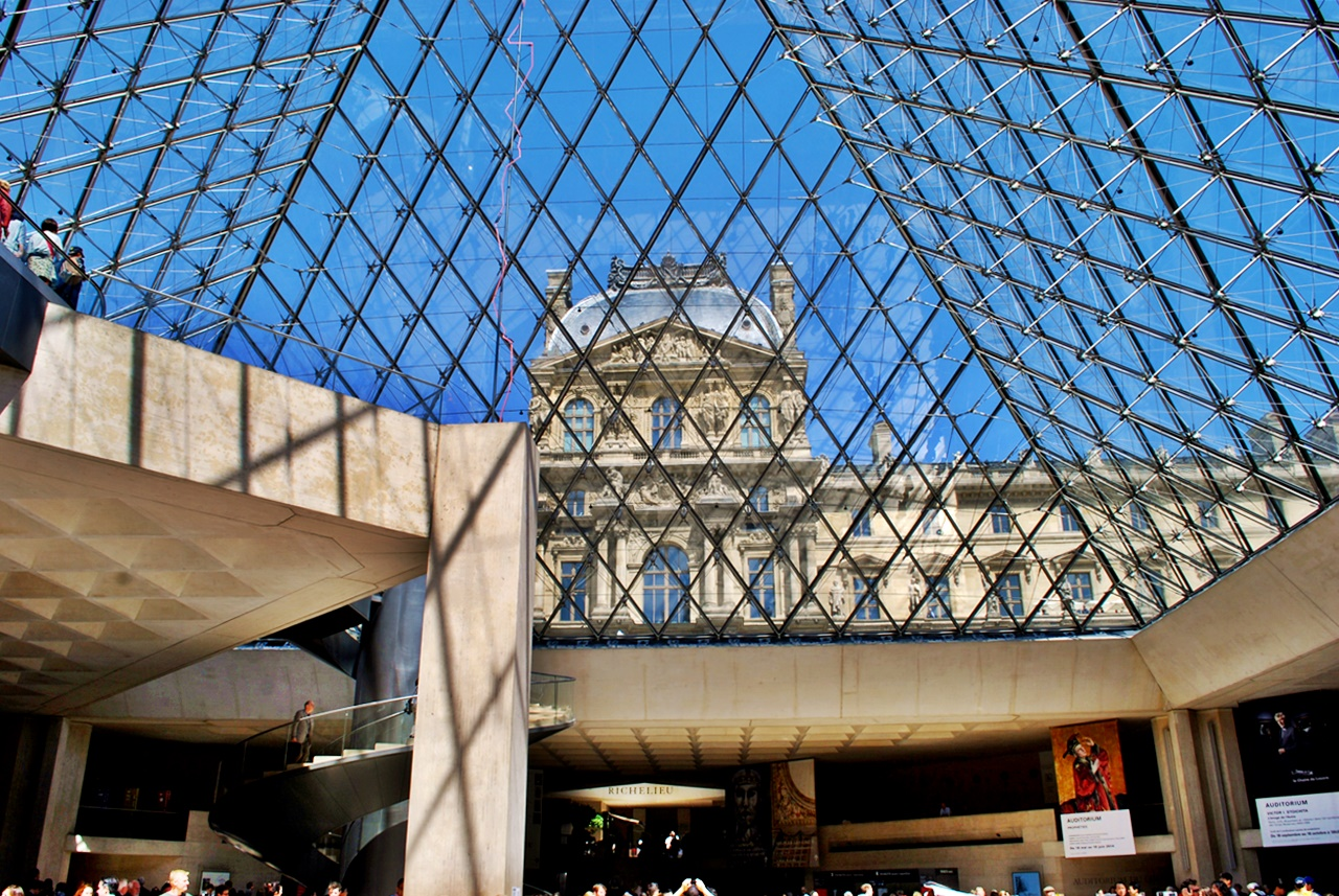 лувърът, париж travellling buzz