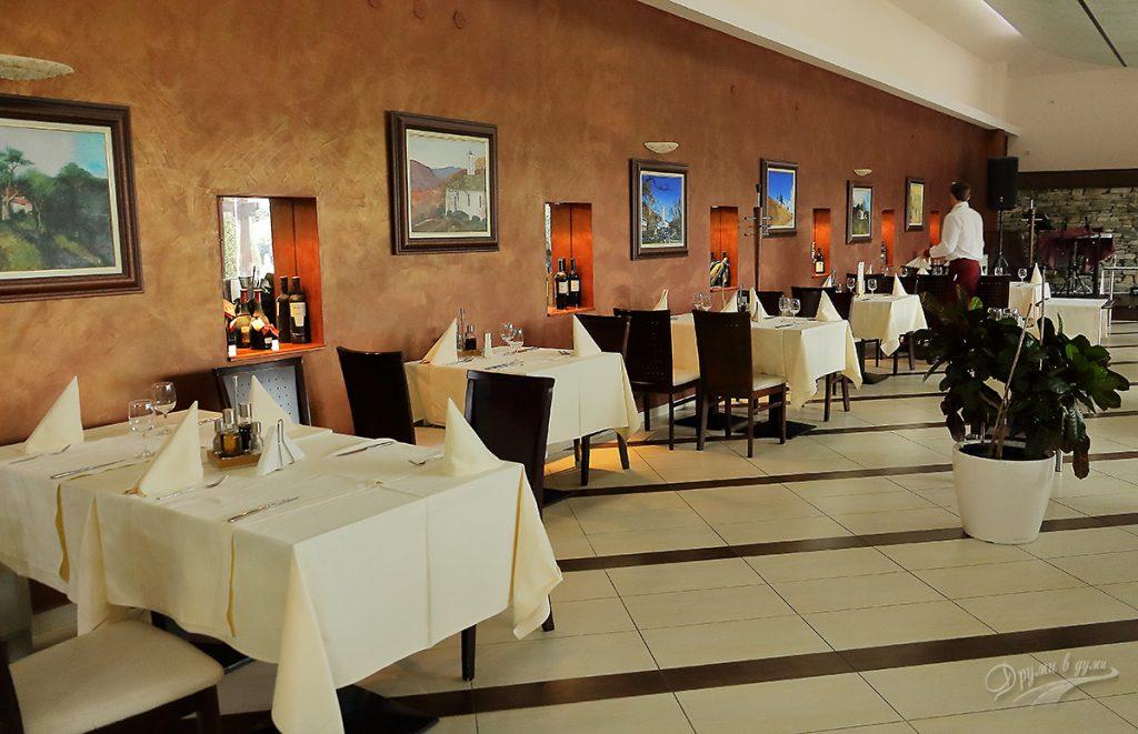 Ресторантът на хотел Ува Нестум с красивите картини