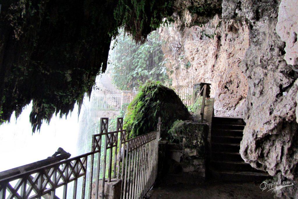 Зад водопада