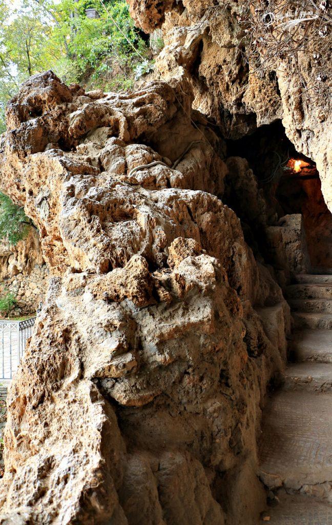 Малката пещера зад горния водопад