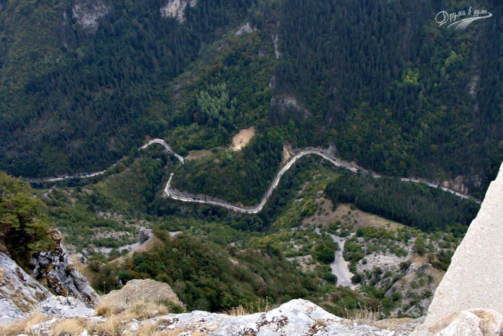 Поглед от Орлово око към Буйновското ждрело и шосето, което се вие като змия