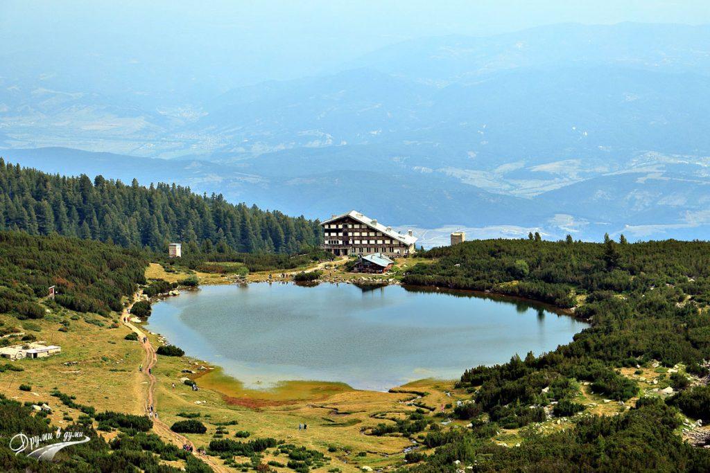 Поглед от високо към хижа Безбог и езерото