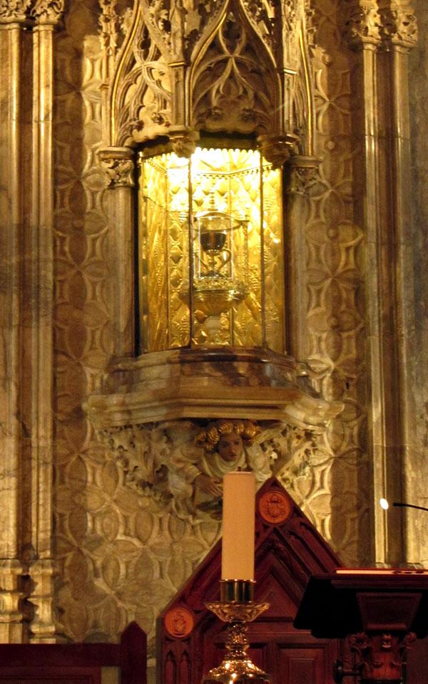 В катедралата: Светият Граал