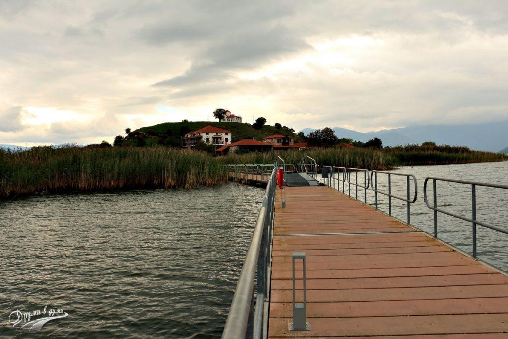 Остров Свети Ахил - мостът