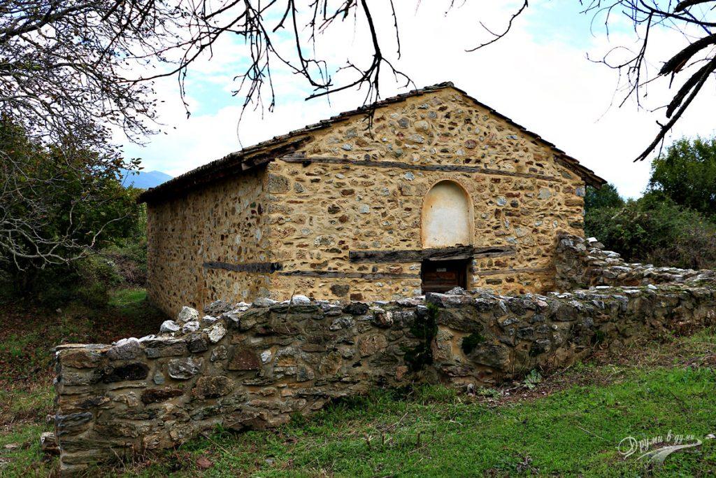 Манастир Св. Богородица Порфирна - църквата