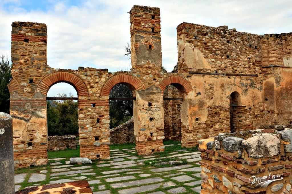 Сред руините на базиликата