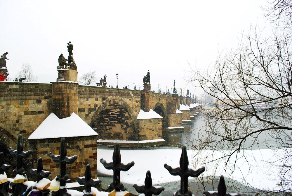 Карлов мост в бяло - прага през зимата