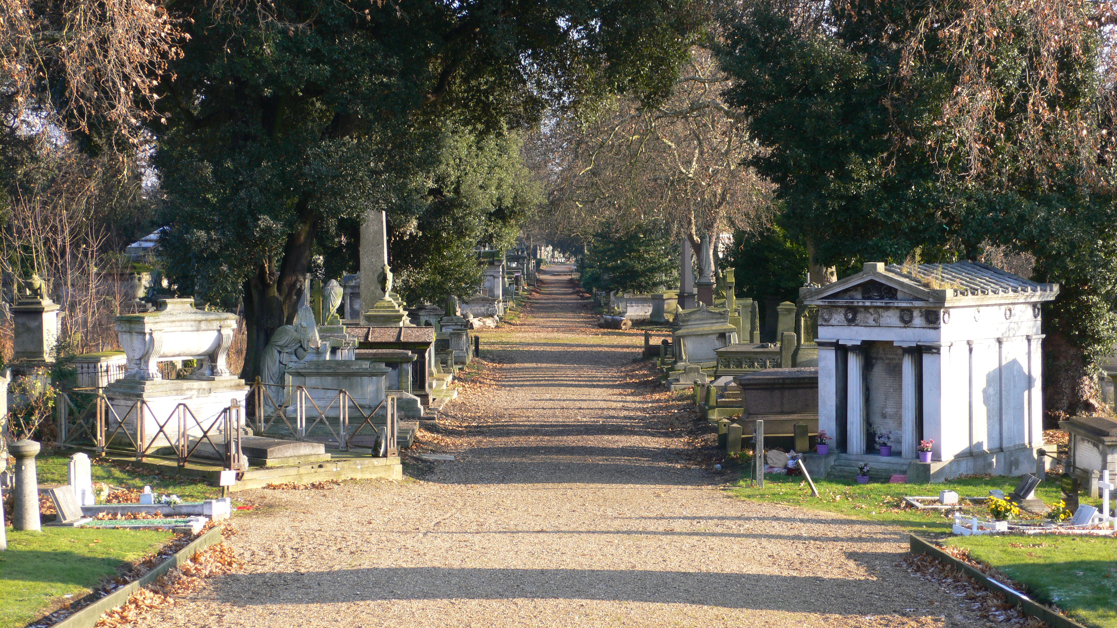 Kensal_Green_Cemetery_view_December_2005[1]