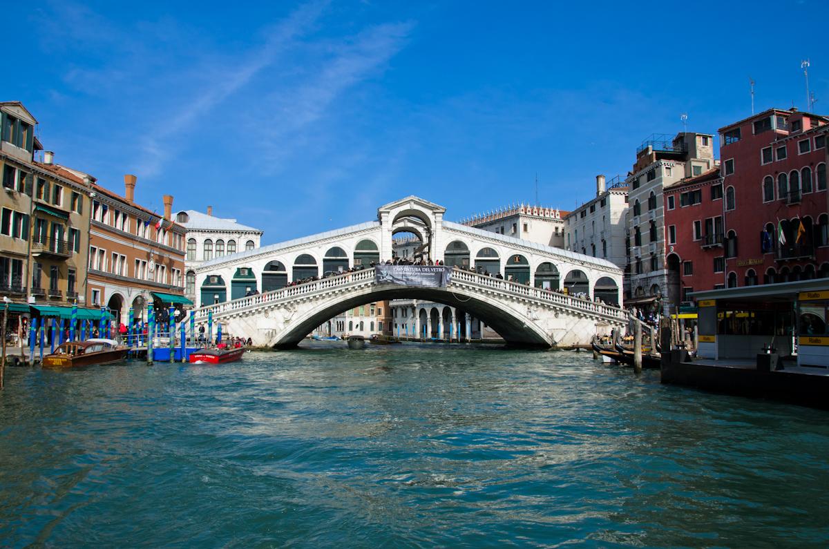 Мостът на Академията